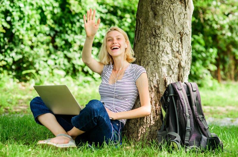 Работа девушки с ноутбуком в парке Причины почему вы должны принять ваше снаружи работы Студент женщины сидит на исследовании про стоковое изображение rf