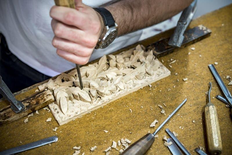 Работа инструмента плотника деревянного зубила Gouge стоковые изображения rf