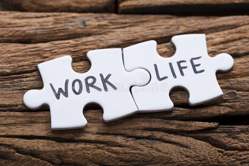 Работа и жизнь формулируют написанный на частях мозаики стоковые изображения