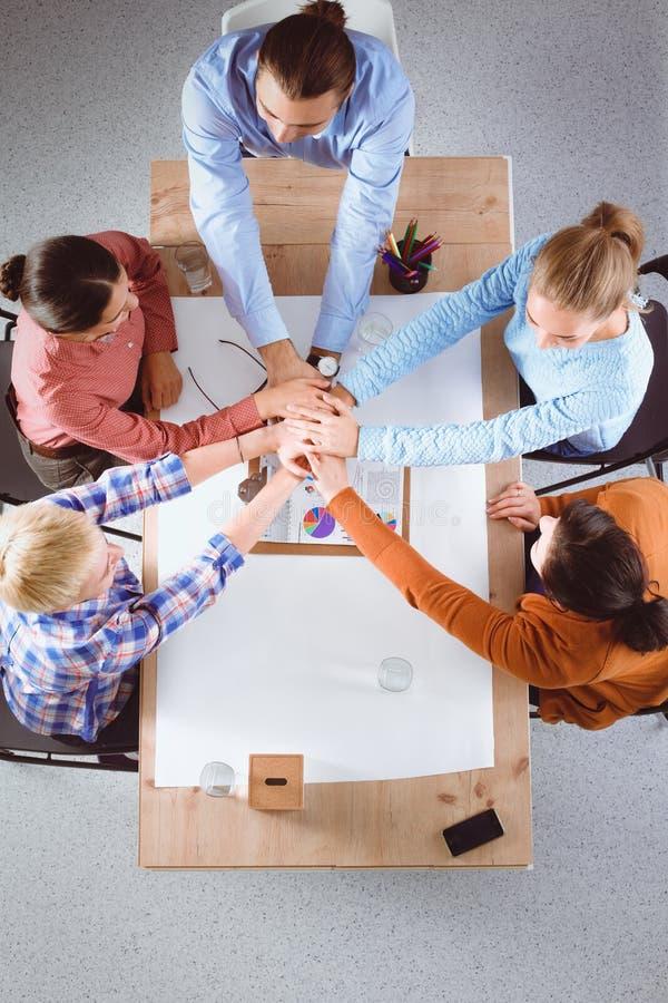 работа команды кукол принципиальной схемы предпосылки черная цветастая руки дела соединяя людей стоковое изображение