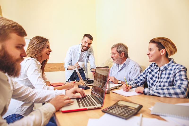 Работа команды Businessmans фото молодые работая с новым проектом в офисе стоковые изображения