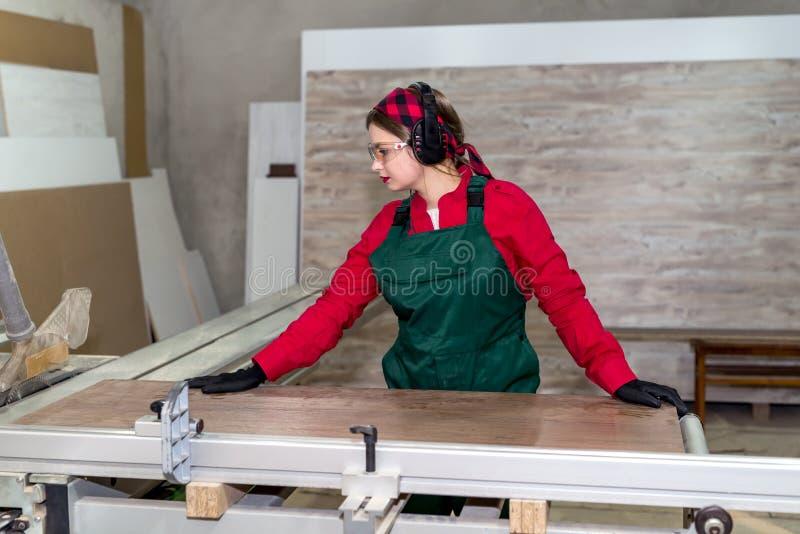 Работа красивого плотника женщины начиная в плотничестве стоковое фото