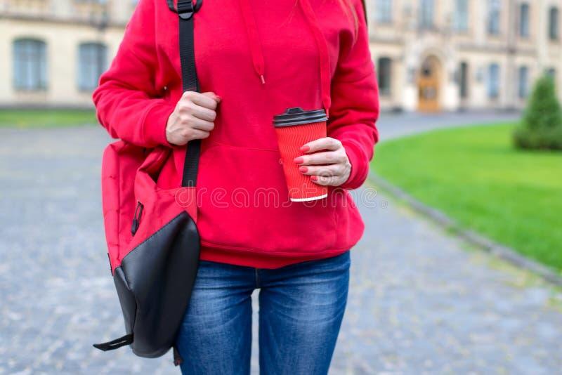 Работа лета на концепции утра Подрезанный близко вверх по фото милой славной дамы держа отрезок с крышкой в руках стоковая фотография