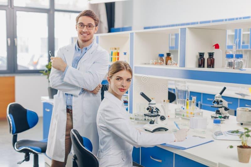 работа научных работников лаборатории стоковое фото