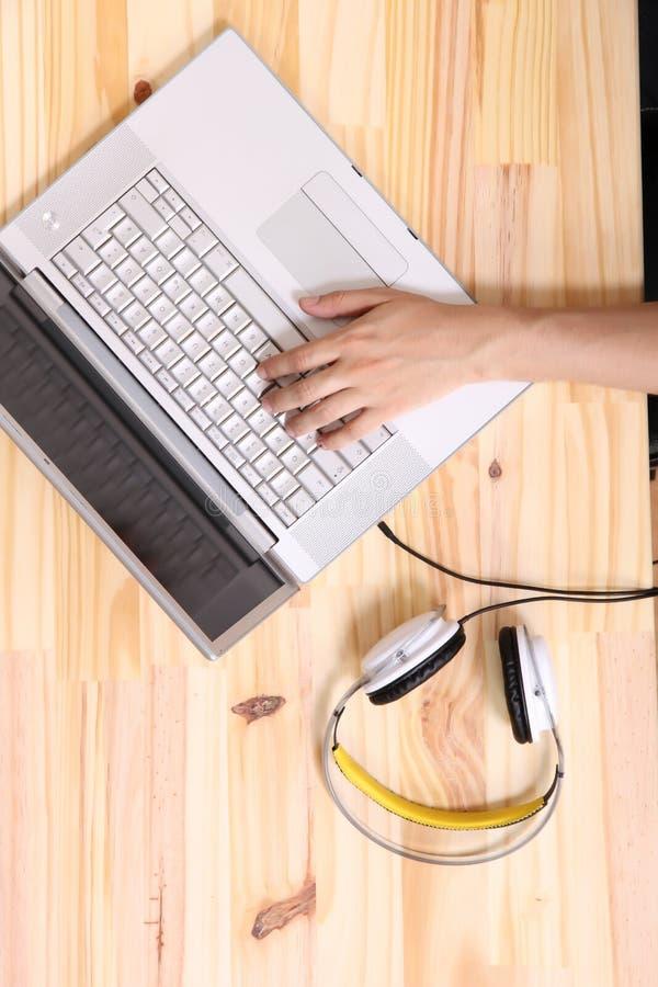 Download Работа на деревянном столе стоковое изображение. изображение насчитывающей компьютер - 40584737