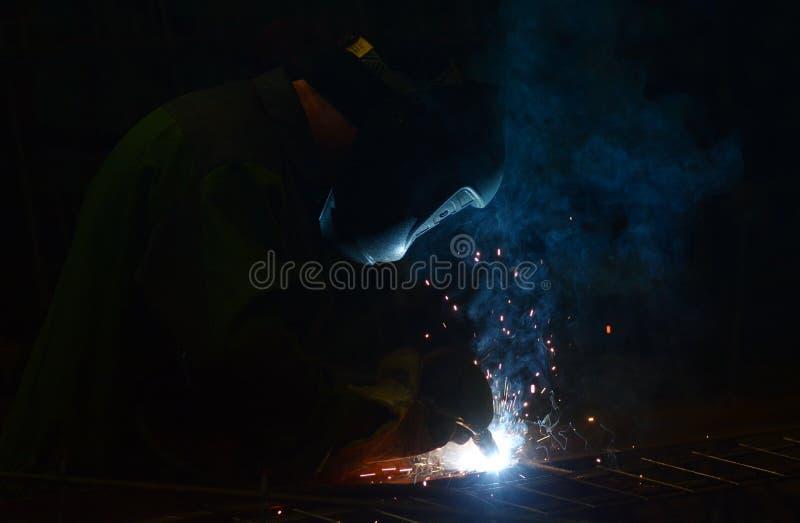 Работа на заводе делает заварку металла стоковые изображения