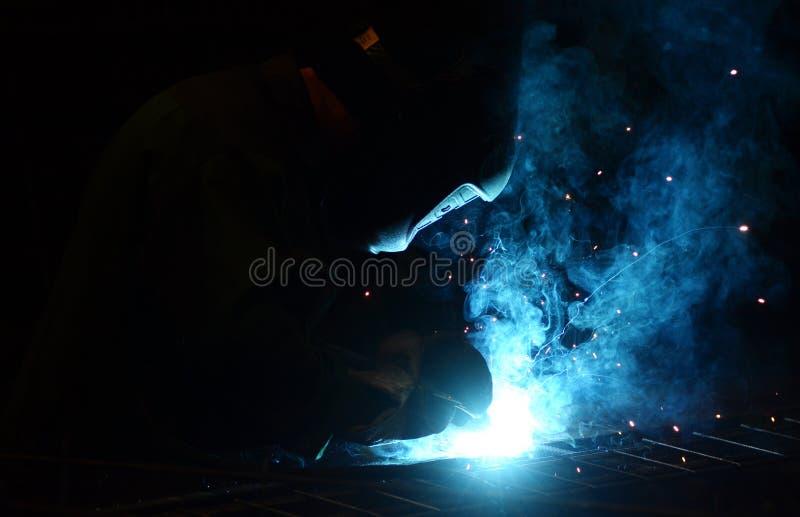 Работа на заводе делает заварку металла стоковая фотография
