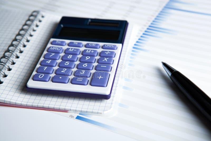 Работа на калькуляторе и бумагах стоковая фотография rf