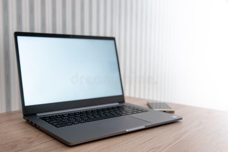 Работа на компьютере Ноутбук на таблице Работа на дороге Всегда в касании стоковое изображение rf