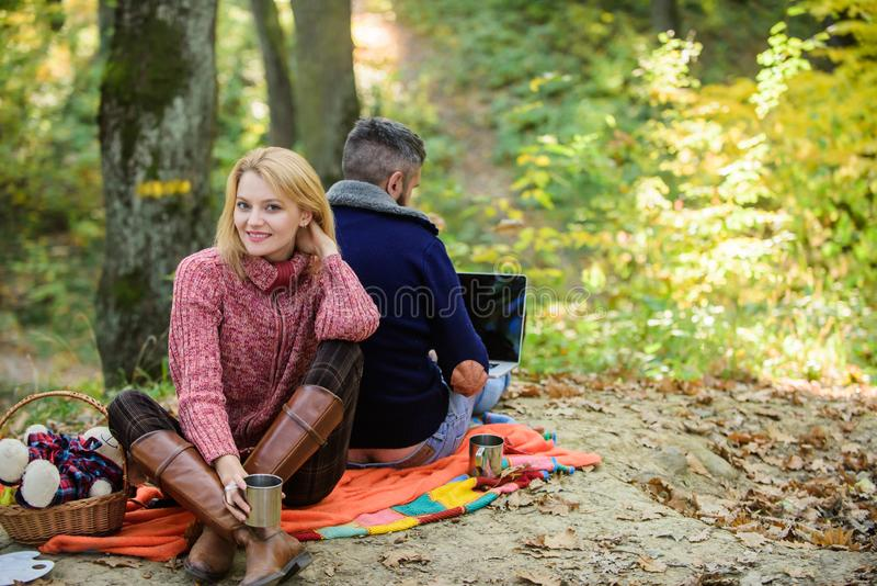Работа на свежем воздухе E Счастливые любящие пары ослабляя в парке с ноутбуком Всегда на работе Человек независимый стоковое изображение