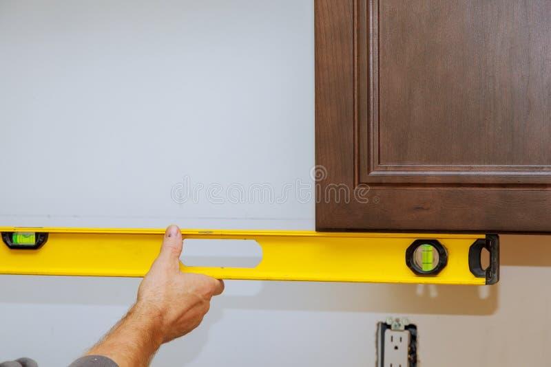 Работа обслуживания установки мебели кухни плотника кухни мастера установленная стоковая фотография