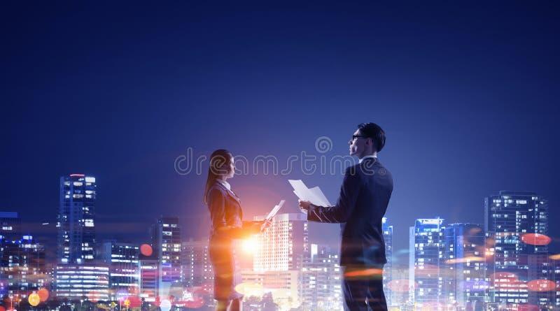 Download Работа пашет ночное Мультимедиа Стоковое Фото - изображение насчитывающей соучастник, люди: 81809130