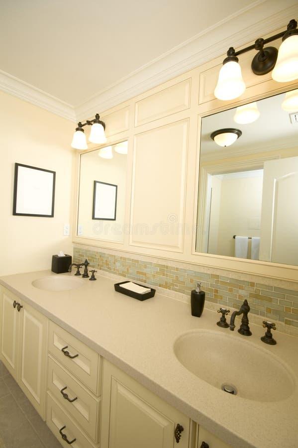 работа плитки ванной комнаты изготовленная на заказ стоковые фото
