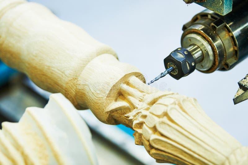 Работа по дереву с машиной cnc Продукция мебели стоковое изображение