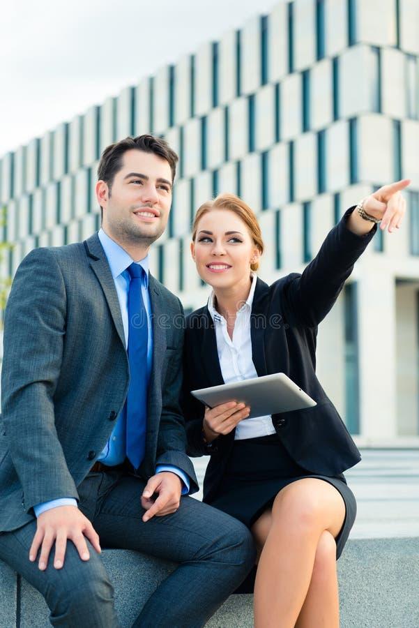 Download Работа предпринимателей внешняя Стоковое Изображение - изображение насчитывающей команда, люди: 41663153