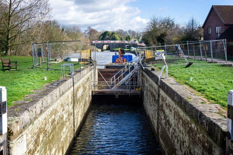 Работа ремонта на одном из замки канала Kennet & Эвон на замках Кана около Devizes, Уилтшира, Великобритании стоковое фото rf