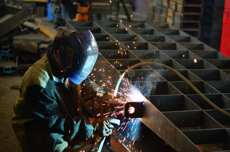 Работа сварщиков на фабрике стоковое изображение rf