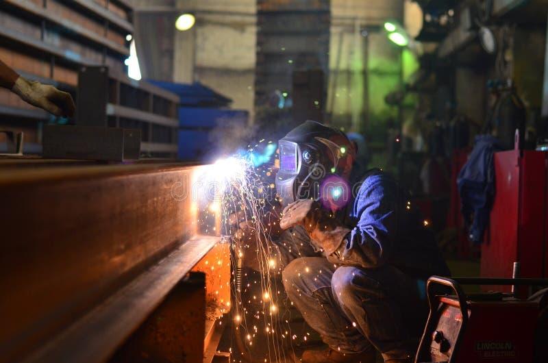 Работа сварщиков на фабрике стоковое фото rf