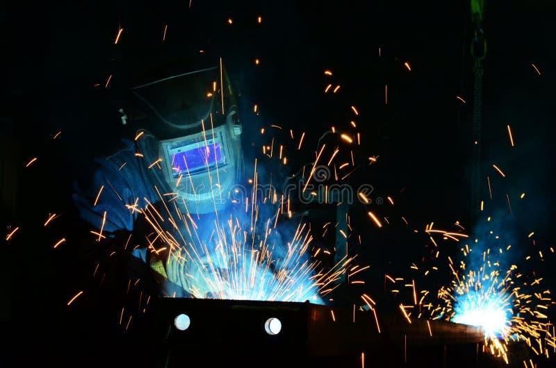 Работа сварщиков на фабрике стоковые изображения