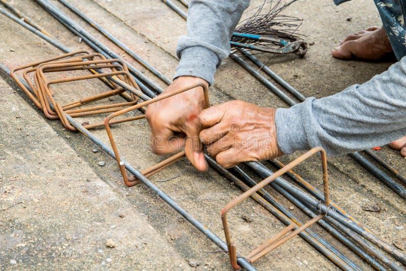 Работа связывает сталь для строительной площадки стоковое изображение