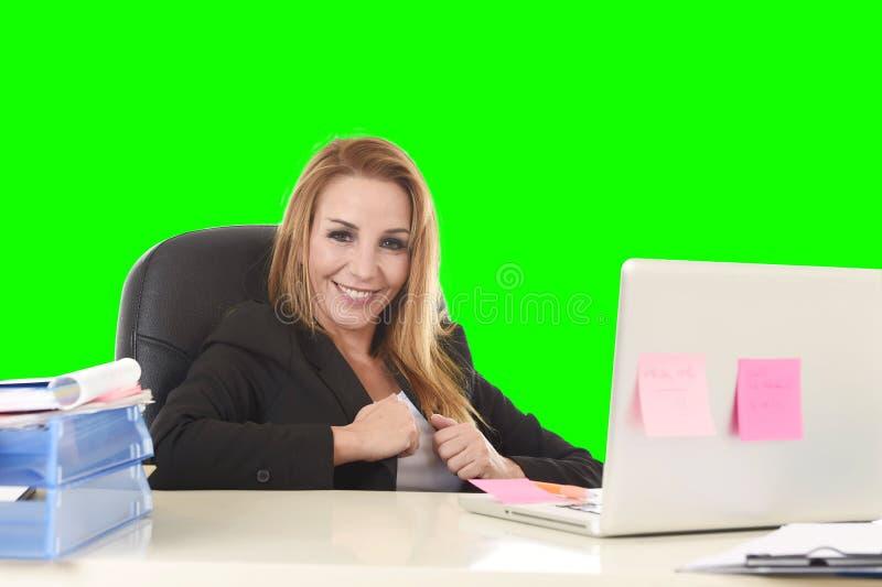 Работа счастливой расслабленной коммерсантки 40s усмехаясь уверенно на подоле стоковое фото