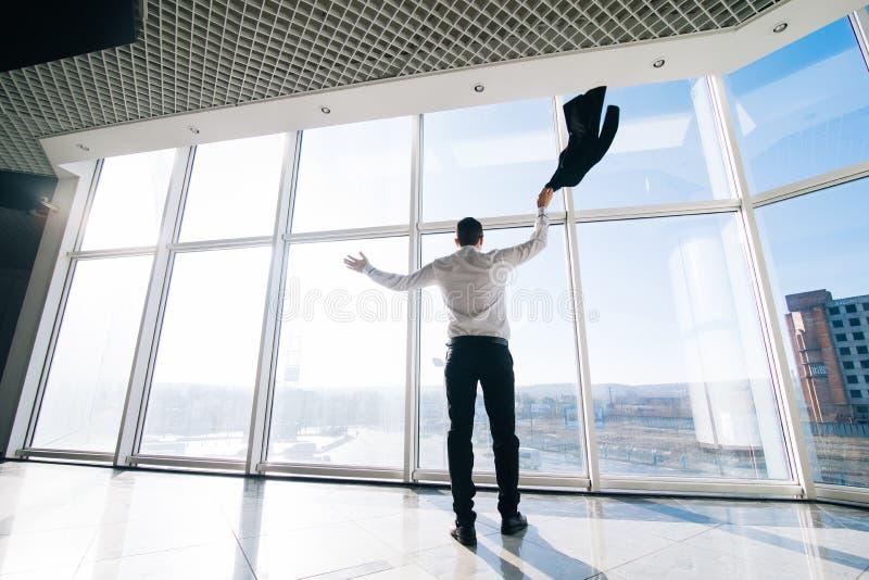 Работа сделанная колодцем! Счастливый менеджер празднует выигрыш или хорошее дело с поднятыми руками и поднимает куртку стоковое изображение rf