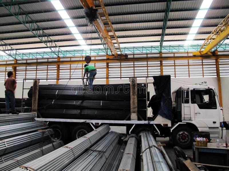 Работа с краном наверху в стальном складе стоковые изображения rf