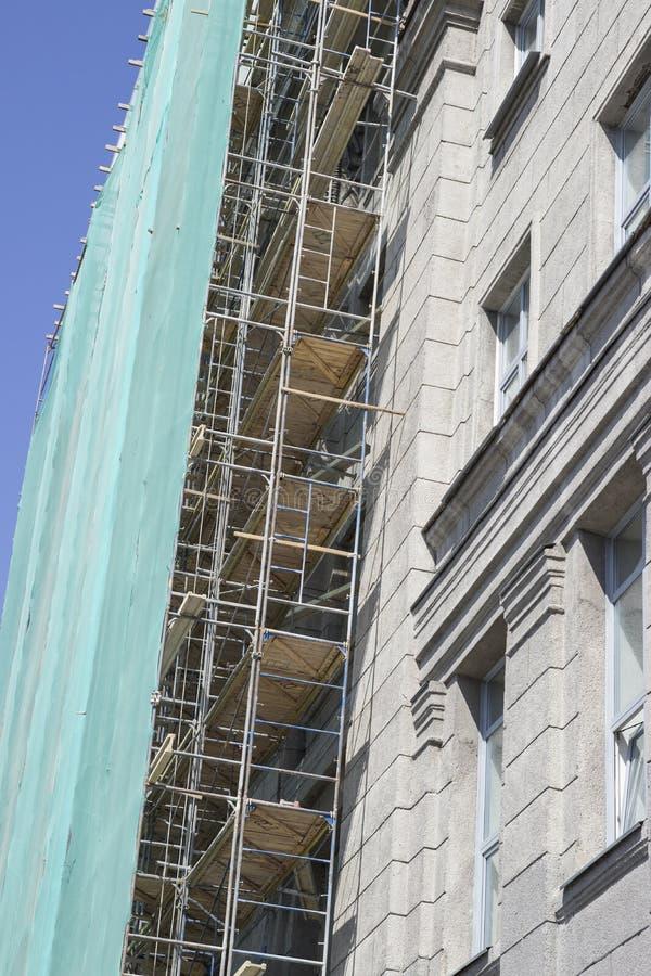 Работа фасада здания, леса ремонта стоковые изображения