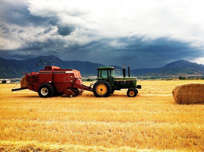 Работа фермы вечера перед штормом стоковое изображение