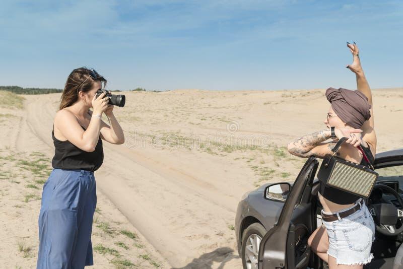 Работа фотографа в пустыне стоковые изображения rf
