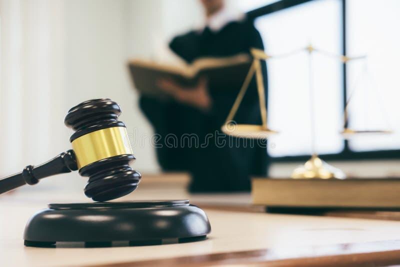 работа юриста или судьи в офисе с молотком и балансом стоковые фотографии rf