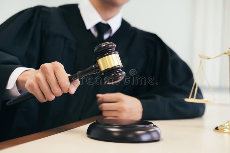 работа юриста или судьи в офисе с молотком и балансом стоковые изображения