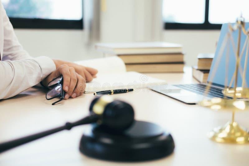 работа юриста или судьи в офисе с молотком и балансом стоковое изображение rf