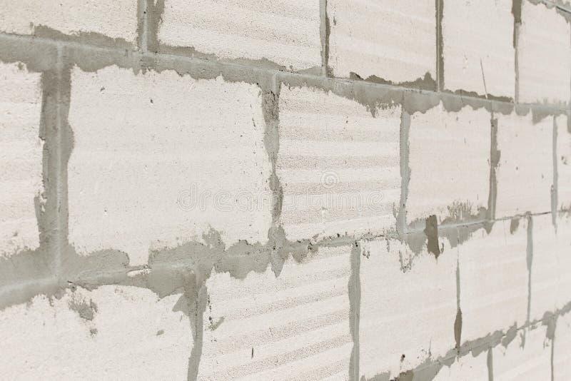 Работа Masonry или bricklaying Бетонные плиты для стены в строительной площадке стоковое изображение rf