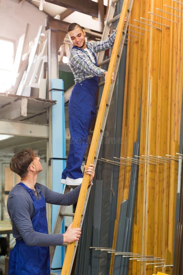 2 работника выбирая профиль окна PVC стоковое изображение rf