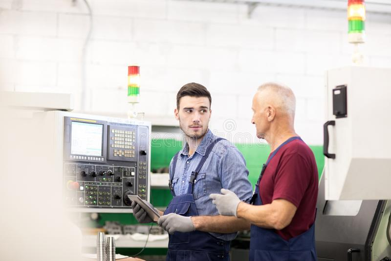 2 работника в фабрике на машине стоковое изображение