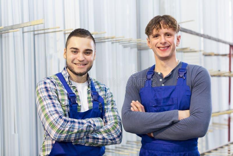 2 работника представляя в магазине PVC стоковые фото