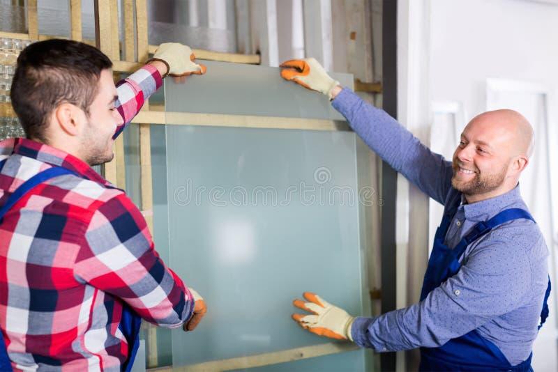 2 работника работая с стеклом стоковое фото rf