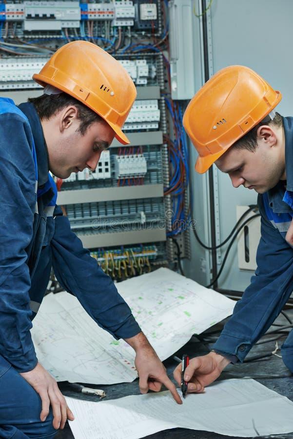 2 работника электрика стоковые изображения rf