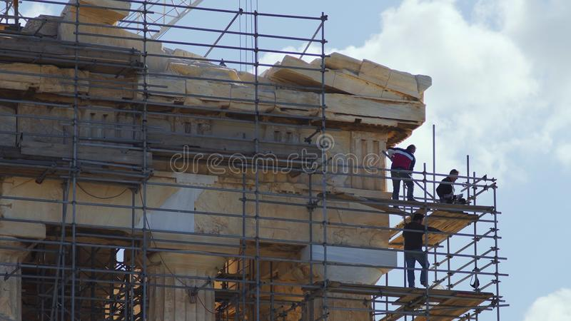 Работники восстановления на старом виске Парфенона стоковые изображения