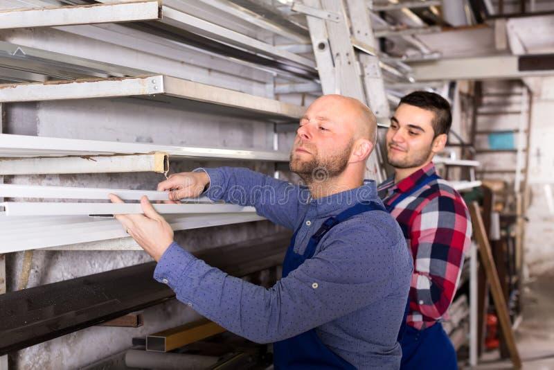 Работники выбирая профиль окна PVC стоковое фото rf