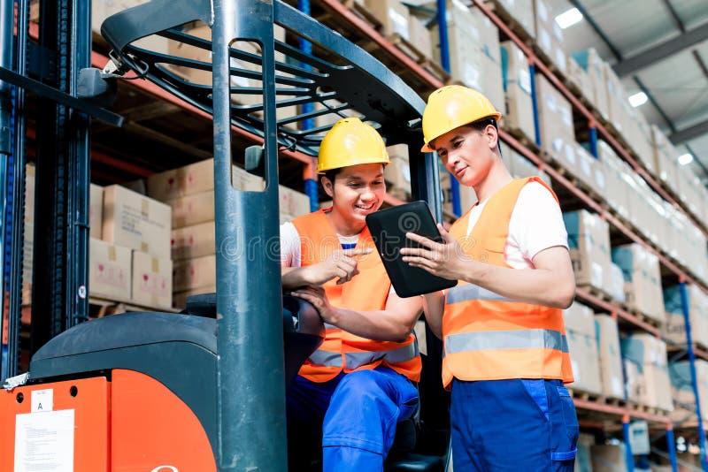 Работники в складе снабжения стоковое фото rf