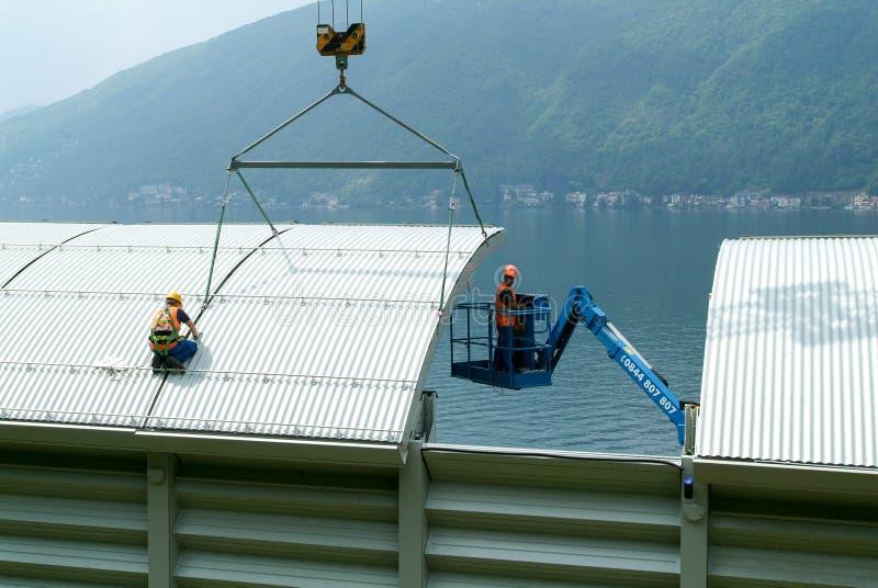 Работники в течение установки барьеров шума на шоссе стоковые изображения rf