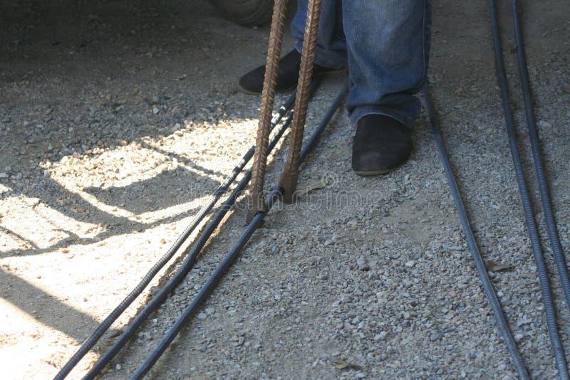 Работники гнут сталь со стальным гнуть оборудованием стоковое фото rf
