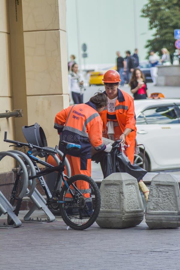 Работники дороги очищают ящики твердых частиц стоковые фото