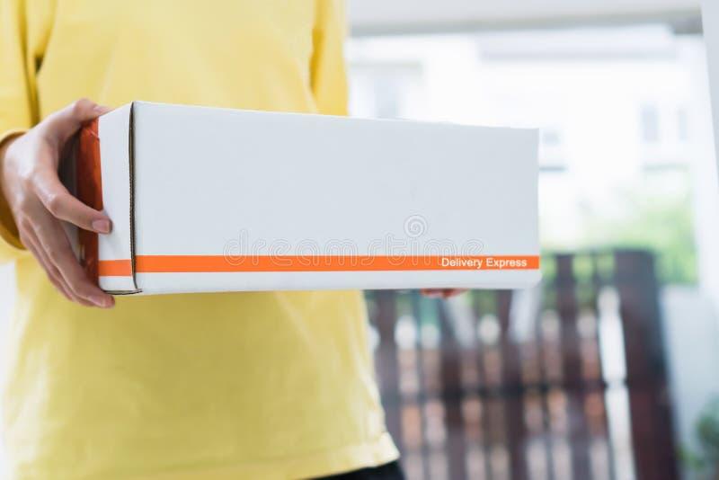 Работники держат пакет в автомобиле для посылки к клиенту Заказывание на линии для удобства клиентов стоковые изображения