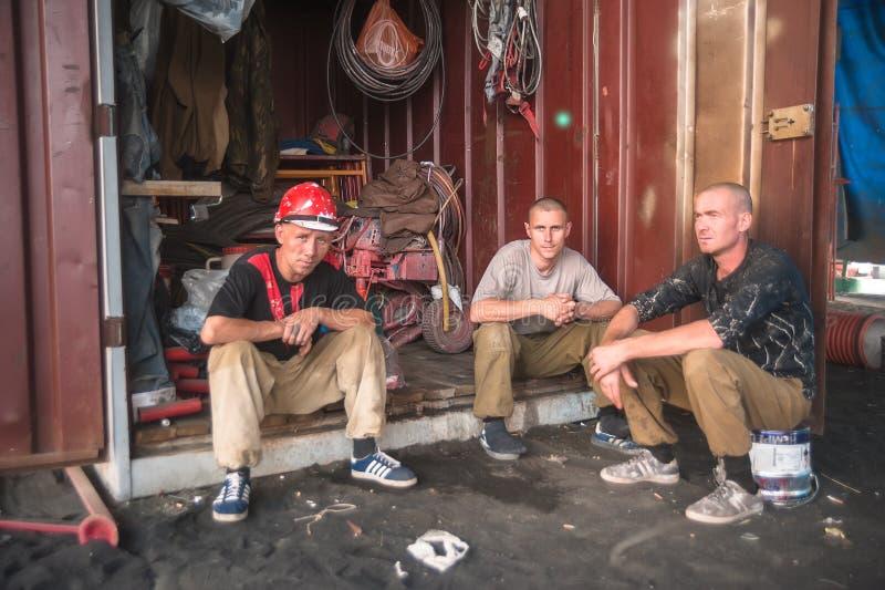 Работники имеют остатки во время перерыв на ланч стоковая фотография rf