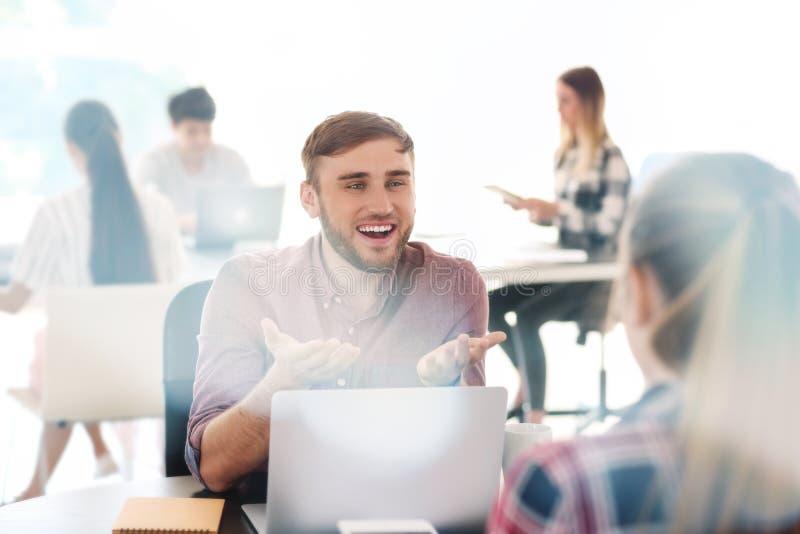 Работники имея деловую встречу в офисе стоковая фотография