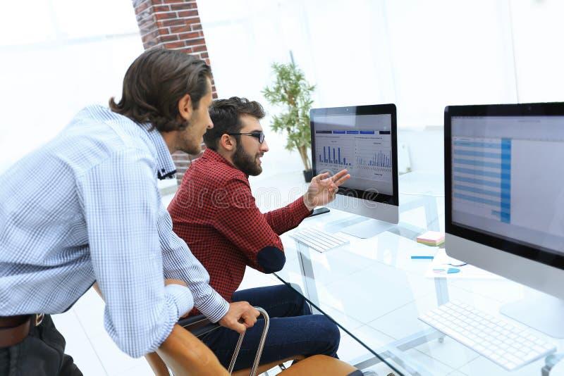 Работники компании, обсуждая статистик стоковое фото rf