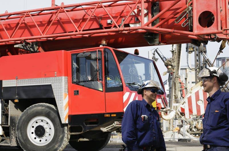 работники кранов конструкции стоковая фотография rf